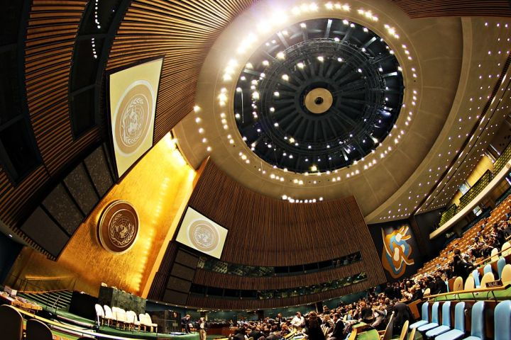 1024px-United_Nations_General_Assembly_Hall_(2)